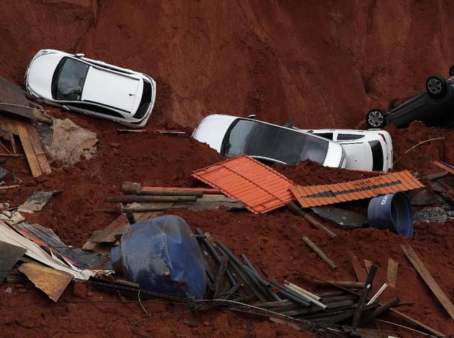 Akibat Jalan Longsor, Mobil-mobil Ini Nyungsep ke Lubang