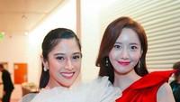 Dari sekian potret yang diunggah Dian Sastro, foto saat bersama personel SNSD, Yoona, yang paling menyita perhatian. Netizen memuji bahwa kecantikan Dian tak kalah dari Yoona.(Foto: Instagram)