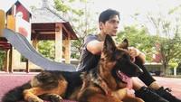 <p>Di akun sosial medianya, Tyo kerap membagikan momen kebersamaan bersama anjing peliharaannya. (Foto: Instagram @realnugros)</p>