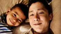 Dalam keterangan foto di Instagram-nya, Daniel mengatakan bahwa mencintai, mendidik, dan bermain bersama anak bukan hanya ayah super yang bisa melakukannya. Tapi, menurutnya, setiap ayah harus selalu melakukannya. (Foto: Instagram @danielschuldtz)