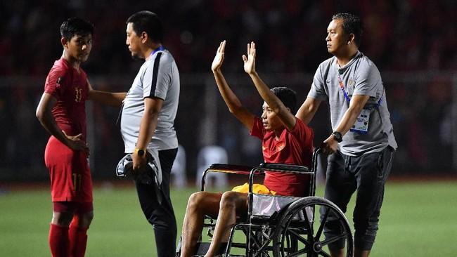 Evan Dimas harus menggunakan kursi roda untuk menyapa pendukung Timnas Indonesia dan menerima medali setelah laga final SEA Games 2019, Selasa (10/12) malam.