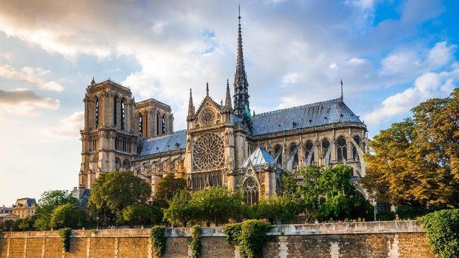 Gereja katedral Notre-Dame di Paris, Prancis, memutuskan tak menggelar misa Natal pada Selasa (24/12) malam karena masih direnovasi pasca-kebakaran April lalu.