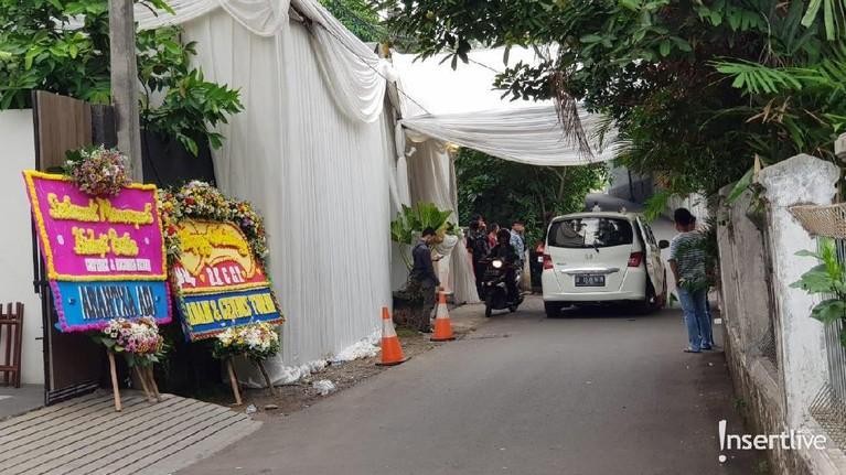 Diketahui, Cut Tari dan Richard Kevin akan melangsungkan akad pernikahan di kediaman kakaknya di Jalan Bambu Kuning, Cilandak, dan resepsi di Taman Kajoe, Jakarta Selatan.