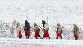 Di sebuah desa di timur Ceko, ada sebuah perayaan ketika puluhan orang mengenakan kostum dan menjadi 'setan' mengiring 'Santo Nikolas' berjalan jelang Natal.