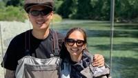 <p>Tidak cuma jalan-jalan ke berbagai tempat, Nadia dan Mikael juga menghabiskan waktu dengan memancing ikan berdua. (Foto: Instagram @nadsap)</p>
