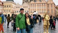 <p>Misalnya, ketika mereka berjalan-jalan ke Czechia, sebuah negara di daerah Eropa. (Foto: Instagram @nadsap)</p>
