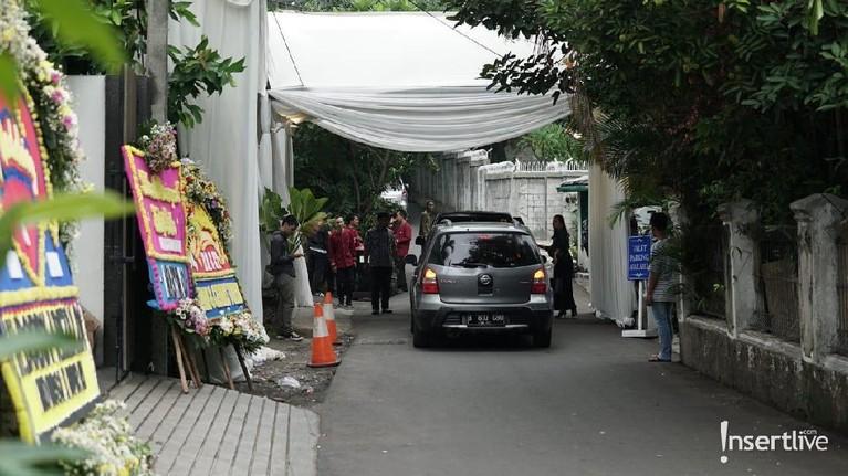 Jelang dimulainya akad pun, para tamu undangan terlihat sudah mulai datang dan memenuhi lokasi berlangsungnya akad pernikahan.