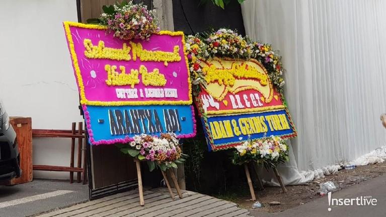 Sementara sejak siang tadi, karangan bunga terlihat sudah memenuhi lokasi berlangsungnya akad pernikahan. Karangan bunga yang diberikan dari rekan Cut Tari dan Richard Kevin itu terlihat dipajang di depan lokasi akad.