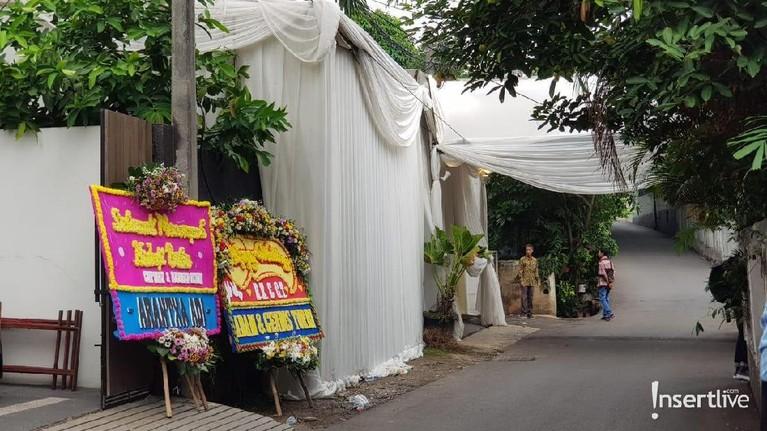Tinggal menghitung menit, pernikahan Cut Tari dan Richard Kevin akan berlangsung pada sore ini, Kamis (12/12) sekitar pukul 16.00 WIB.