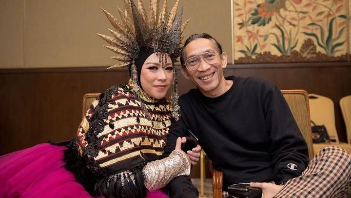 <p>Sebagai suami, Anto Hoed juga selalu mendukung Melly. Ini terlihat pada caption foto Instagram Melly Goeslaw yang isinya,