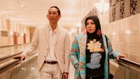 <p>Melly Goeslaw dan Anto Hoed sudah menjalani pernikahan sejak lama. Mereka menikah pada tahun 1995 lalu. (Foto: Instagram @antohhoed)</p>