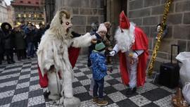 Masih Ada 'Sinterklas' Bagi-bagi Hadiah di Praha