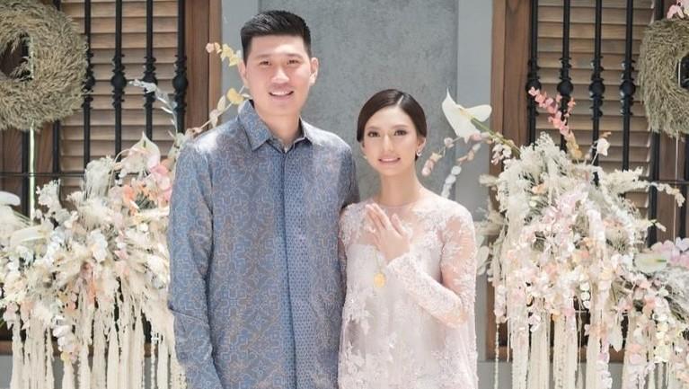 Pernikahan yang digelar di Hotel Dharmawangsa, Jakarta Selatan itu berjalan tertutup dan hanya dihadiri oleh keluarga dan kerabat terdekat Nadia dan Mikeal saja.