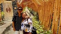 <p>Sudah lama menikah, bukan berarti tidak bisa menikmati waktu berduaan. Mereka juga kerap liburan bersama. (Foto: Instagram @antohhoed)</p>