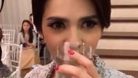 <p>Waduh, si mempelai wanita rupanya haus nih, he-he-he. (Foto: Instagram)</p>