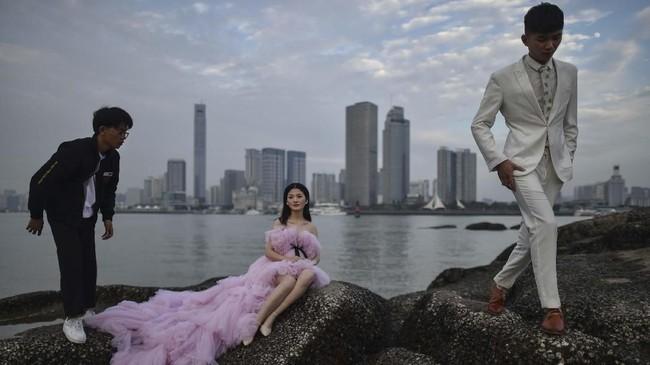 Dalam foto pilihan CNNIndonesia.com pekan ini, ada sesi pemotretan sepasang kekasih, kawanan Starling yang diguyur hujan, dan bandara megah di Beijing.