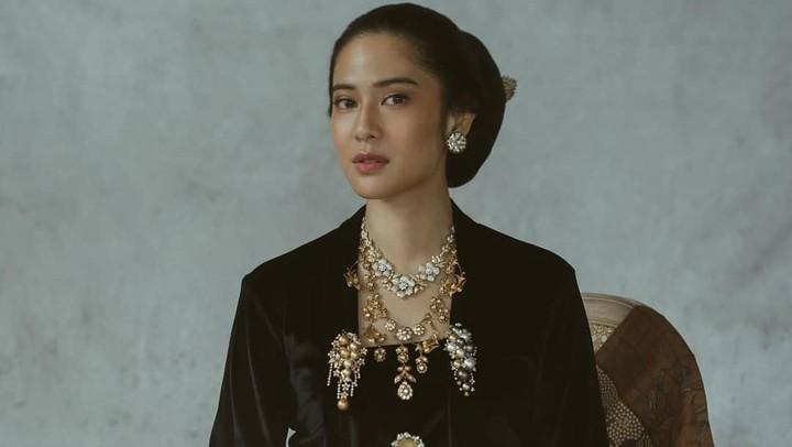 <p>Pernah memerankan sebagai Kartini, Dian Sastrowardoyo terlihat cocok menggunakan kebaya khas Jawa. Riasan wajah Dian Sastro juga menambah wajah 'ayu' wanita ini. (Foto: Instagram @therealdisastr)</p>