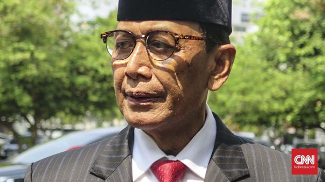 Ketua DPP Hanura Inas Zubir menyebut Wiranto harus mundur dari Ketua Dewan Pembina Hanura karena anggota Wantimpres dilarang rangkap jabatan.