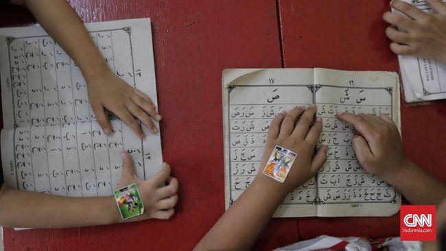 Sejumlah anak usia dini menyimak guru dan bermain di PAUD Anggrek, Jakarta, Jumat, 13 Desember 2019. CNNIndonesia/Adhi Wicaksono.