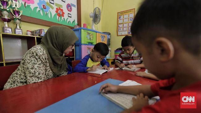 Guru PAUD diminta membiarkan para siswa bermain di rumah masing-masing selama wabah virus corona dengan pengawasan.