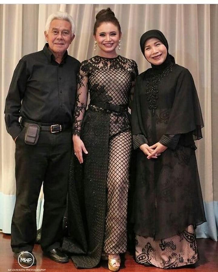 <p>Rossa adalah wanita kelahiran Sumedang 9 Oktober 1978, putri pasangan Ukas Hermawan dan Eni Kusmiani. (Foto: Instagram eni_kusmiani)</p>