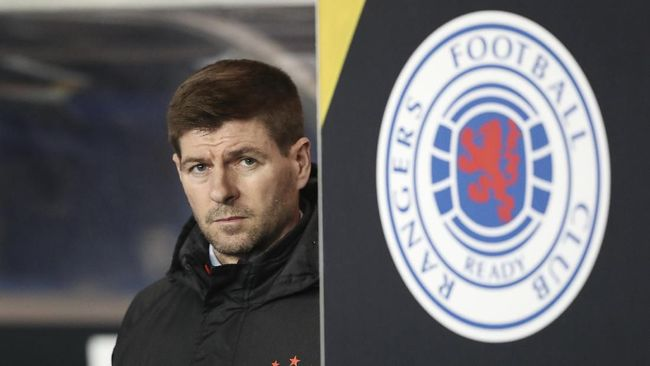Rangers' manager Steven Gerrard stands prior to the start of the Europa League group G soccer match between Rangers and Young Boys at the Ibrox stadium in Glasgow, Scotland, Thursday, Dec. 12, 2019. (AP Photo/Scott Heppell)