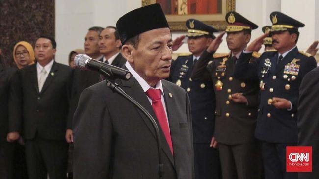 Dilantik sebagai anggota Dewan Pertimbangan Presiden (Wantimpres), Habib Luthfi yang kali ini mengenakan setelan jas formal datang paling akhir.