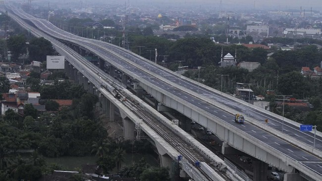 Presiden Jokowi baru saja meresmikan tol layang Jakarta-Cikampek. Jokowi mengklaim tol ini bisa memangkas kemacetan dan 30 persen waktu tempuh.