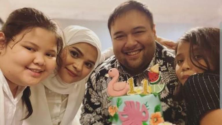 Rosmanizar dan Didi Mahardika bahkan sempat berfoto bersama anaknya dan membagikannya di media sosial.