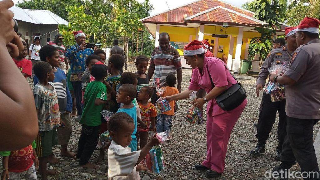 Jelang Natal, Polisi Bagi-bagi Bingkisan di Timika Papua