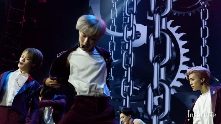 Penampilan keren Renjun NCT Dream ketika tampil di lagu Boom Boom dalam acara perayaan HUT Transmedia ke-18