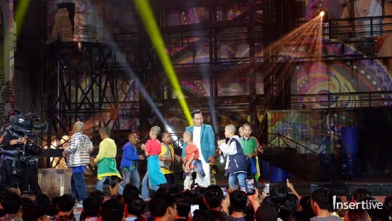 Tak lama, banyak sekali anak-anak kecil yang mengelilingi personel Band Wali saat menyanyikan lagu tersebut.