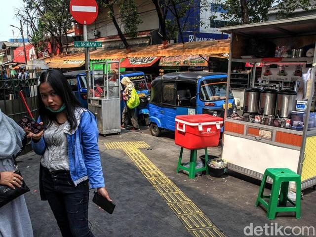 Aduh! Hak Pejalan Kaki di Kawasan Stasiun Gondangdia 'Dicuri'