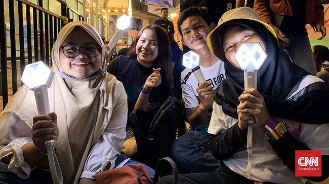 Ratusan penggemar boyband EXO berbondong-bondong mengantre sejak subuh bahkan dini hari demi menonton sang idola di malam puncak perayaan HUT 18 Transmedia.
