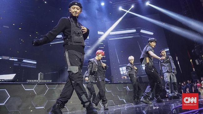 EXO resmi menyapa kembali EXO-L Indonesia lewat Love Shot yang memesona dalam perayaan HUT ke-18 Transmedia di Trans Studio Cibubur.