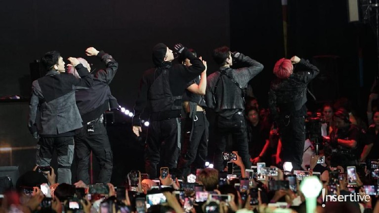 Di penampilan pertamanya untuk HUT Transmedia ke-18, EXO membawakan dua lagu, Love Shot dan Ooh La La La.