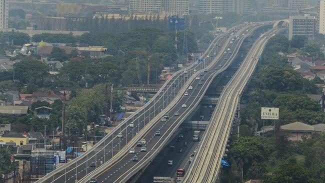 Tol layang Japek II yang memiliki dua lajur ini punya struktur jalan bergelomban bila diamati dari kejauhan.