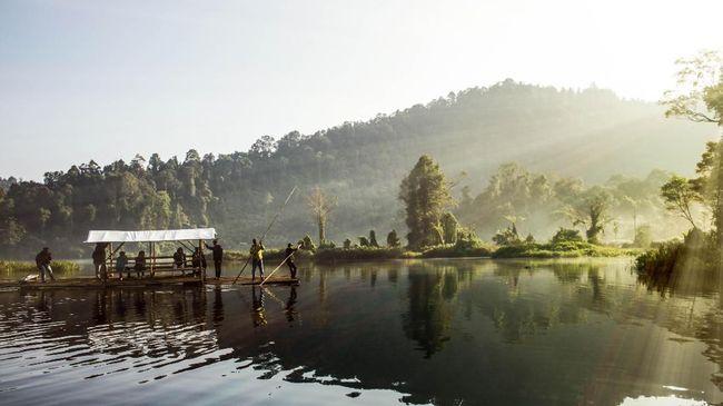 Selain jembatan gantung terpanjang di Indonesia, Situ Gunung juga memiliki area berkemah, danau, dan curug yang tak kalah memesona.