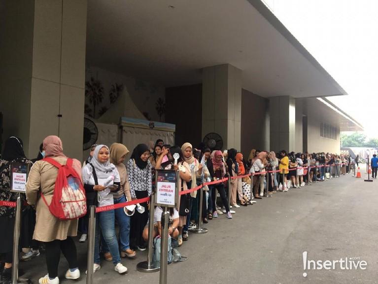 Para EXO-L sudah mengantre sejak pagi di depan Trans Studio Cibubur untuk menyaksikan EXO di HUT ke-18 Transmedia nanti malam.