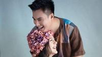 <p>Flower headpices bernuansa pink menambah cantik Paula saat maternity shoot dengan sang suami, Baim Wong. (Foto: Instagram @dierabachir)</p>