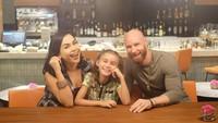 Putri pertama Melaney Ricardo dan Tyson James Lynch sekarang sudah tumbuh menjadi gadis kecil yang cantik. Saat ini Chloe Valentine Lynch menginjak usia 7 tahun. (Foto: Instagram @melaney_ricardo)