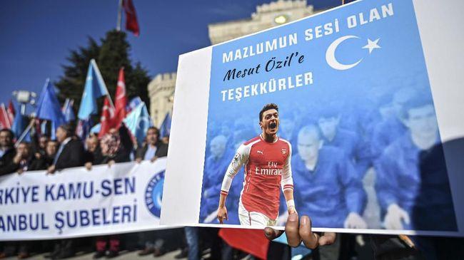 Presiden Fenerbahce Ali Koc meminta suporter terlibat membantu membiayai gaji Mesut Ozil yang mencapai 13 juta poundsterling per tahun.