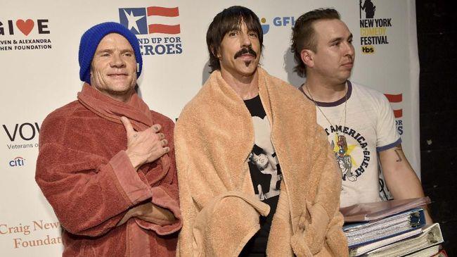Gitariis Red Hot Chili Peppers Josh Klinghoffer digantikan oleh John Frusciante, yang pernah membantu dalam 'Blood Sugar Sex Magik' sampai 'Stadium Arcadium'.
