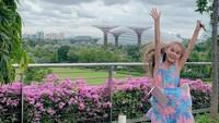 Chloe terlihat anggun dengan dress bermotif bunga seperti ini ya, Bun. Serasi juga dengan latar belakang pemandangannya. (Foto: Instagram @melaney_ricardo)