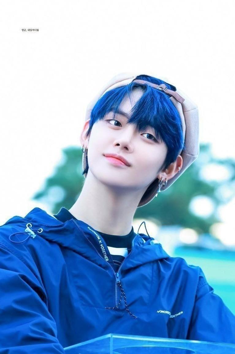 Yeonjun TXT tampil menggemaskan dengan rambut birunya saat comeback lagu Run Away. Banyak yang menginginkan Yeonjun memiliki warna rabut biru selamanya karena dinilai sangat cocok.