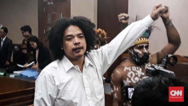 Surya Anta bersama lima terdakwa lain melakukan orasi sambil menangis usai didakwa makar dan pemufakatan jahat oleh Jaksa dalam sidang perdana di PN Jakpus.