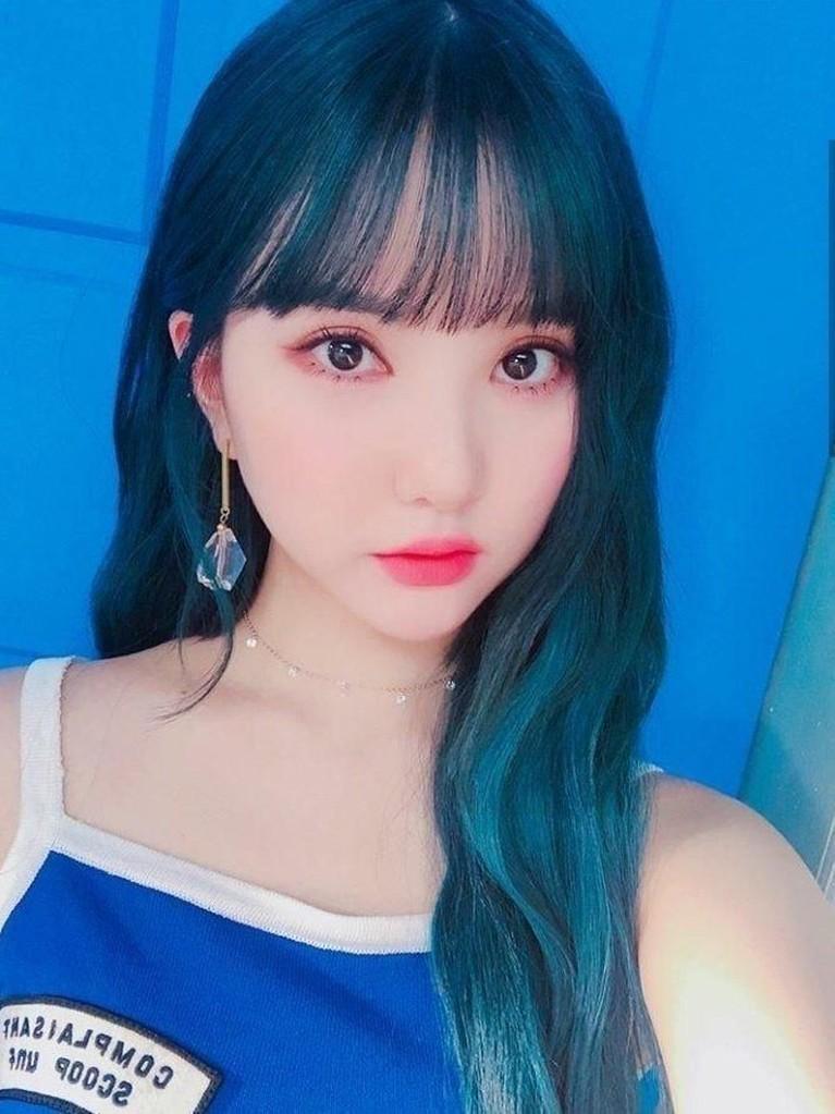 Eunha GFRIEND juga disebut tampil memukau saat mengecat rambutnya menjadi warna biru. Eunha semakin memalingkan hati para penggemar.