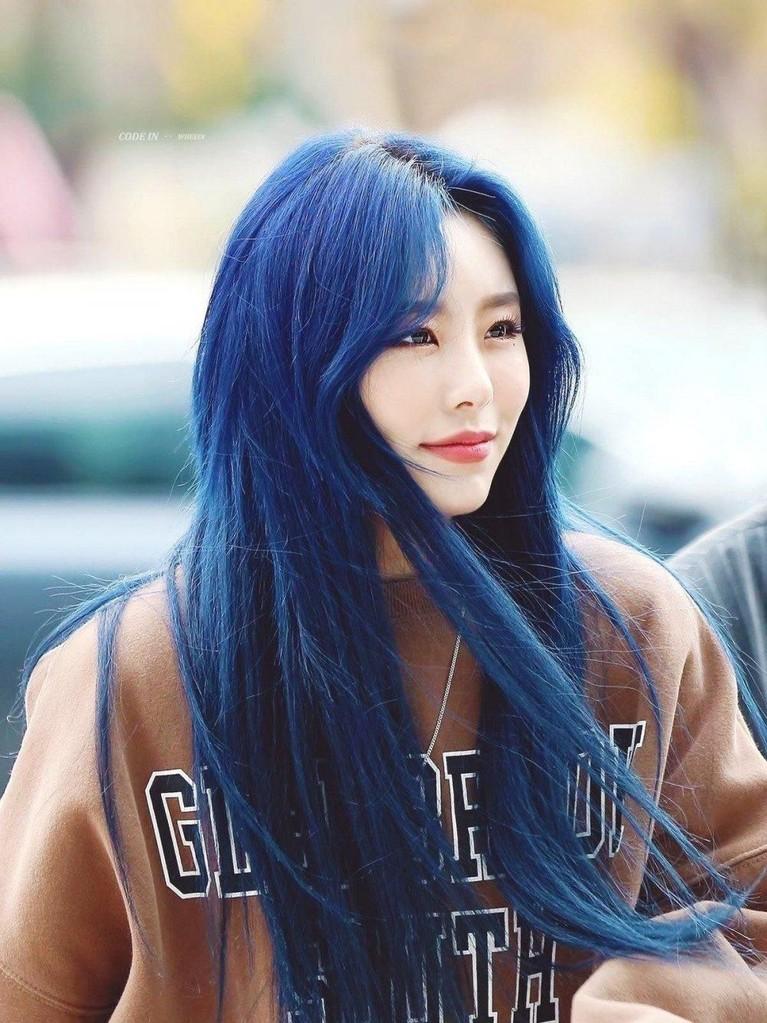 Wheein MAMAMOO tampil pangling saat comeback lagu HIP. Penggemar menyebut rambut biru sangat cocok untuknya karena tak sembarang idol cocok dengan warna tersebut.