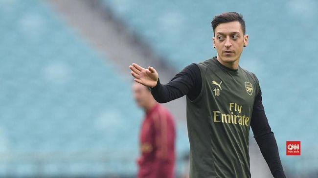 Gelandang Fenerbahce Mesut Ozil membuat riuh Instagram dengan memajang foto Masjid Istqlal dalam unggahan di akun miliknya.