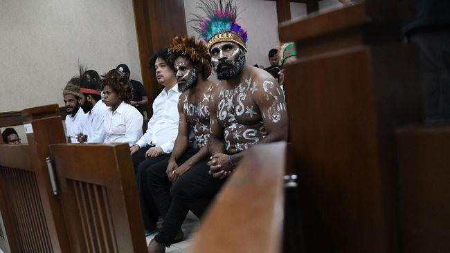 Hakim PN Jakpus menunda jalannya sidang kasus makar karena terdakwa tak mengindahkan imbauan untuk tak menggunakan koteka.
